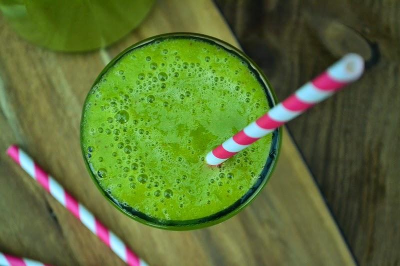 zeleni jogurtov smoothie s špinačo, jabolki in mangom
